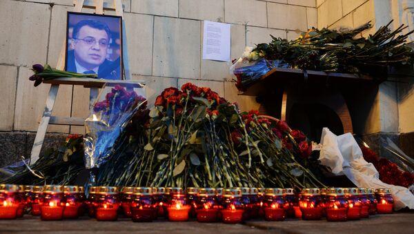 Flores y velas cerca del Ministerio de Exteriores de Rusia en Moscú - Sputnik Mundo
