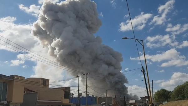 El pilar de humo tras la explosión en el mercado de Tultepec en México (captura de pantalla) - Sputnik Mundo