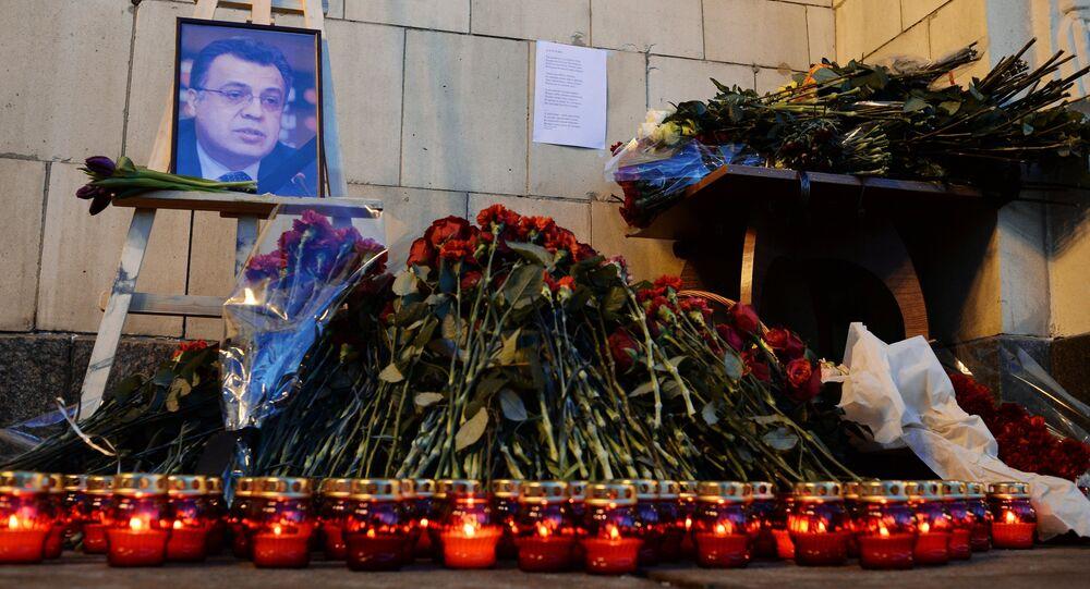 Moscovitas llevan flores y velas al Ministerio de Asuntos Exteriores de Rusia para rendir homenaje al embajador Kárlovc