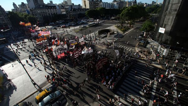 Demonstrators cross 9 de Julio Avenue as they march against Argentine President Mauricio Macri's administration and to mark the 15th anniversary of economic crisis that led to the fall of former president Fernando de la Rua, in Buenos Aires, Argentina - Sputnik Mundo
