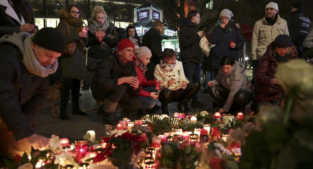 La gente lleva velas al lugar del atentado en Berlín