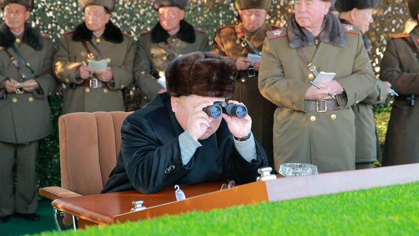 North Korean leader Kim Jong Un guides a firing contest among multiple launch rocket system - Sputnik Mundo