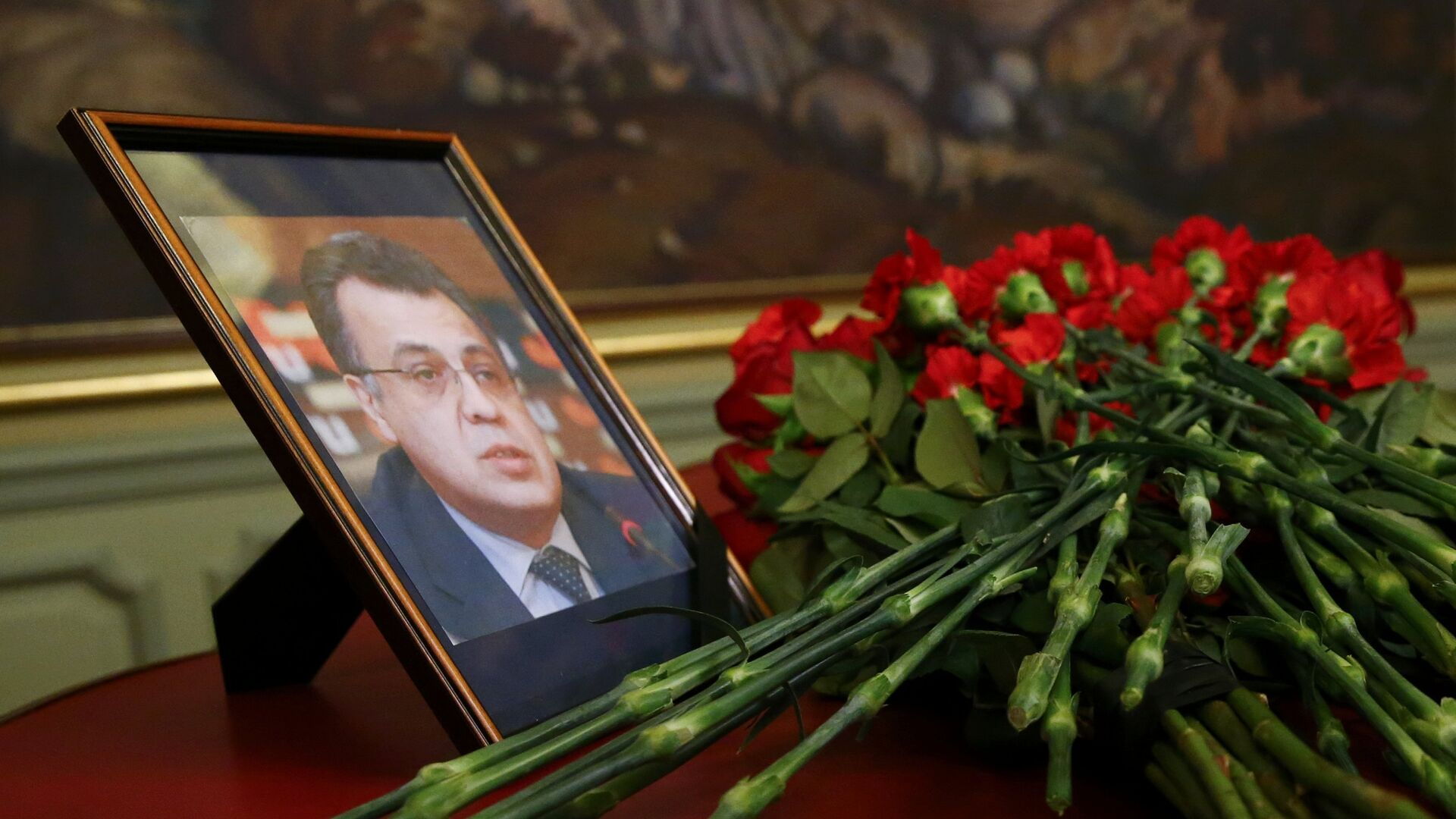 Flowers are placed near a portrait of murdered Russian ambassador to Turkey Karlov during a meeting of Russian Foreign Minister Lavrov with his Turkish counterpart Cavusoglu in Moscow - Sputnik Mundo, 1920, 09.03.2021