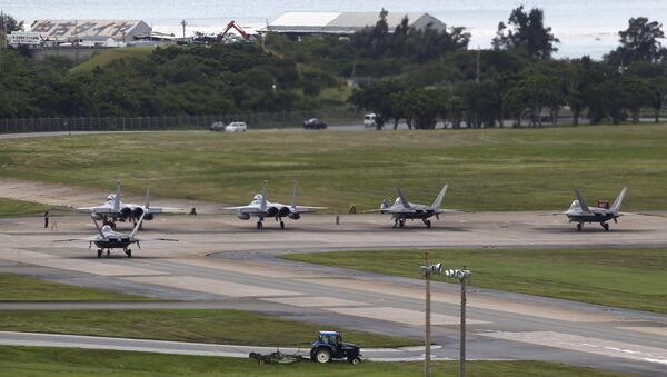 U.S. Air Force F-22 Raptors, right, and two F-15 Eagles prepare for take-off at Kadena Air Base on the southern island of Okinawa, in Japan (File) - Sputnik Mundo