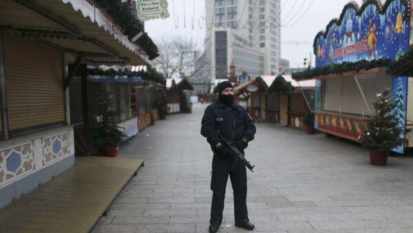 Police stands guard at the Kaiser-Wilhelm-Gedaechtniskirche Christmas market in Berlin - Sputnik Mundo