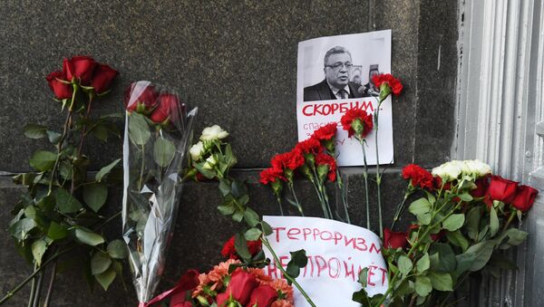 Moscow residents lay flowers near Russian Foreign Ministry in memory of slain Ambassador Karlov - Sputnik Mundo