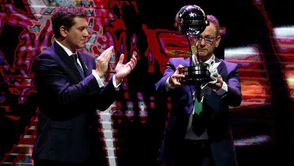 El presidente del club de fútbol Chapecoense recibe el trofeo de campeón de la Copa Sudamericana - Sputnik Mundo