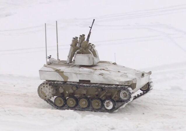 ¡Alto o disparo! Un robot militar ruso con ametralladora exhibe su puntería
