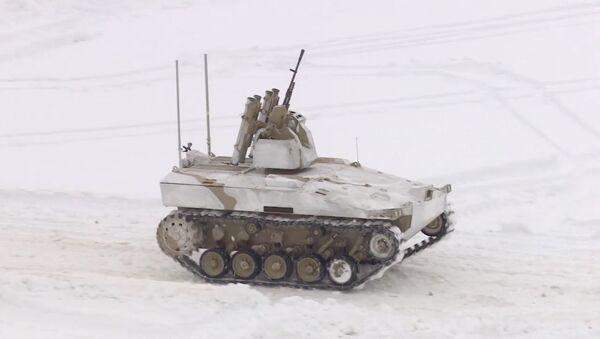 ¡Alto o disparo! Un robot militar ruso con ametralladora exhibe su puntería - Sputnik Mundo