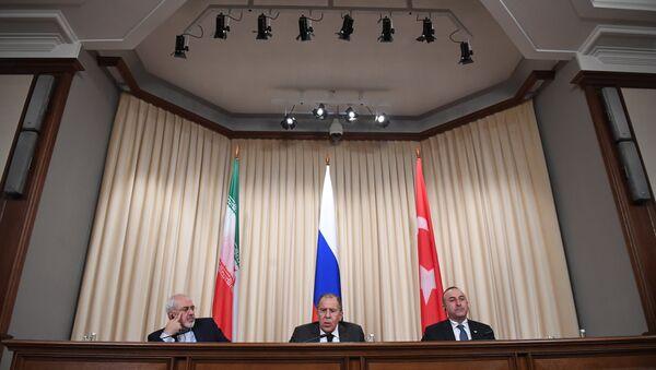 Canciller de Irán, Mohamad Yavad Zarif, ministro de Exteriores de Rusia, Serguéi Lavrov, y ministro de Exteriores turco, Mevlut Cavusoglu - Sputnik Mundo