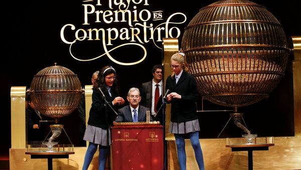 Girls call out the first prize during Spain's Christmas Lottery El Gordo (The Fat One) in Madrid, Spain, December 22, 2016. - Sputnik Mundo