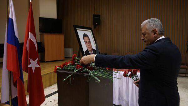Primer ministro turco, Binali Yildirim, visitó la Embajada de Rusia en Ankara y firmó en el libro de condolencias por el asesinato del embajador ruso en Turquía, Andréi Kárlov - Sputnik Mundo