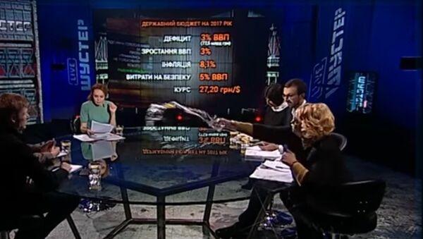 Una diputada de la Rada Suprema de la fracción Batkivshchina, Alexandra Kuzhel, le lanzó un vaso de agua a su colega del Partido Radical Ígor Mosiychuk - Sputnik Mundo