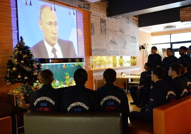 Los activistas del club patriótico 'Putin' siguen la transmisión de la rueda de prensa del presidente ruso en un café en la capital de la república de Chechenia.