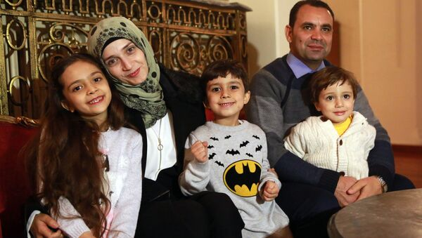 Syrian girl Bana al-Abed (L), known as Aleppo's tweeting girl, poses with her family, her mother Fatemah, her father Ghassan and her brothers Nour (C) and Laith (R) during an interview in Ankara, Turkey, on December 22, 2016. - Sputnik Mundo