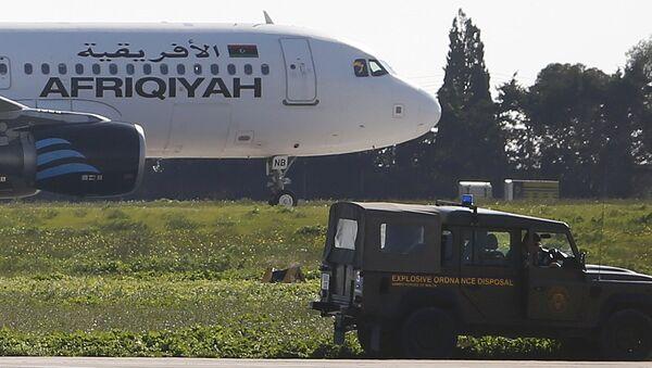 El avión secuestrado Airbus A320 de la compañía aérea libia Afriqiyah Airways en Malta - Sputnik Mundo
