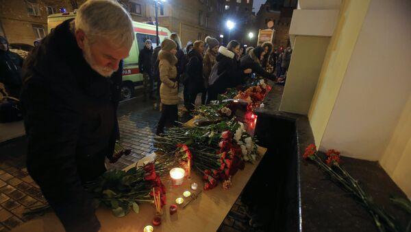 Цветы в память о погибших в крушении самолета Ту-154 Минобороны РФ - Sputnik Mundo