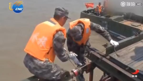Soldados chinos construyen un puente de 1 kilómetro en 27 minutos - Sputnik Mundo