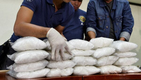 Members of the Philippine National Police (PNP) get inventory of plastic bags containing methamphetamine hydrochloride known locally as shabu, after they were seized in a police anti-drugs operation, at a police station in Manila - Sputnik Mundo