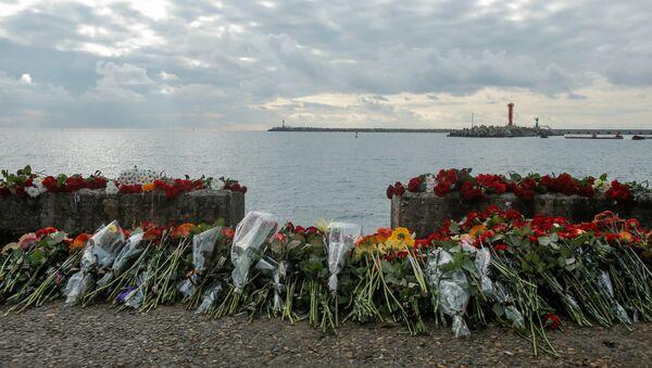 Flores en homenaje a las víctimas del avión Tu-154 siniestrado en el mar Negro - Sputnik Mundo