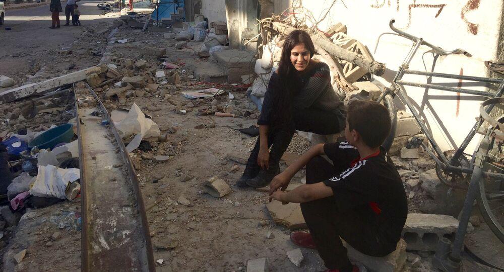 La cineasta boliviana Carla Ortiz junto a un niño en Siria
