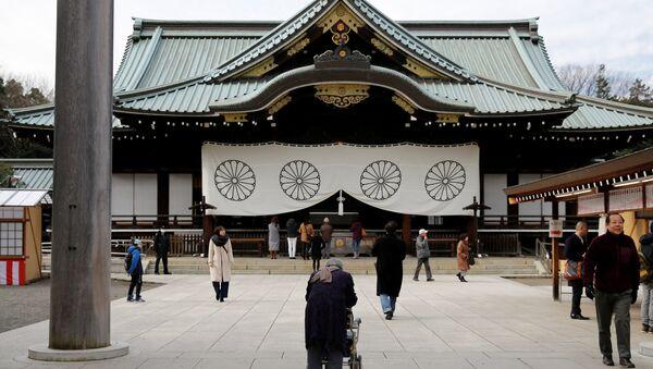Visitors walk at the Yasukuni Shrine in Tokyo, Japan, December 29, 2016. REUTERS/Toru Hanai - Sputnik Mundo