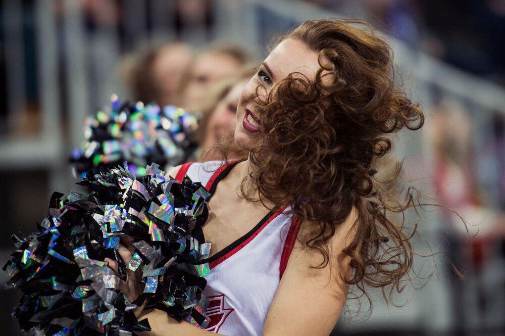 'Cheerleaders' del club Avangard: belleza, encanto y trucos vertiginosos
