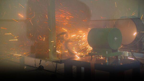 Científicos rusos prueban con éxito el futurista cañón de riel electromagnético - Sputnik Mundo