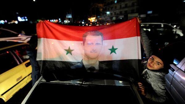 La bandera de Siria con el retrato de Bashar Asad - Sputnik Mundo