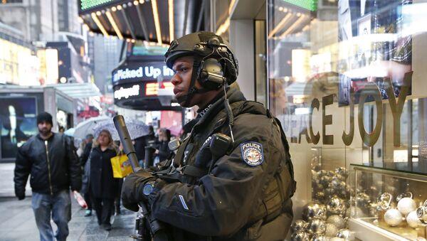 Agente de policía estadounidense en Times Square - Sputnik Mundo