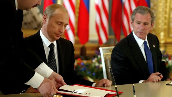 Vladímir Putin y George W. Bush (archivo) - Sputnik Mundo