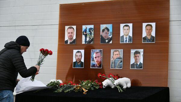 Flores en la memoria de las víctimas del siniestro del avión Tu-154 - Sputnik Mundo