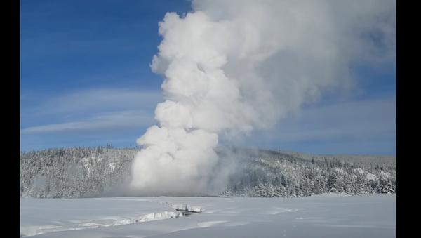 De los géiseres en Yellowstone brota nieve en vez de agua hirviendo - Sputnik Mundo