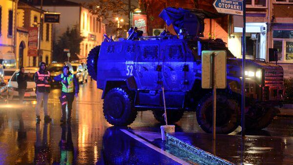 Un vehículo blindado de la policía frente del club Reina en Estambul - Sputnik Mundo