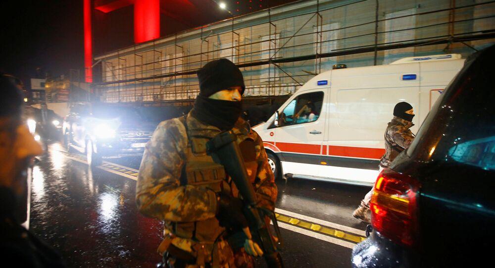 Policía turca cerca del lugar del atentado en Estambul