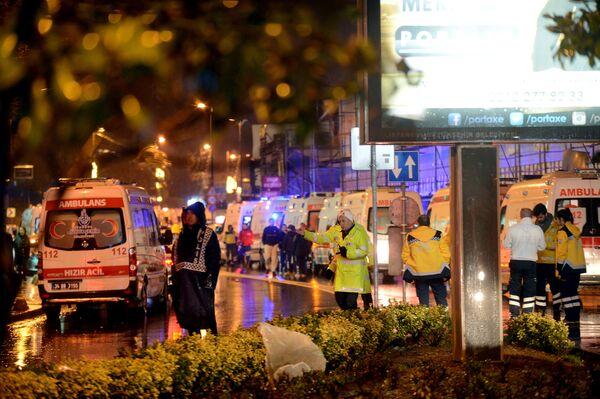 Ambulancias a la puerta de la discoteca de Besiktas en Estambul. - Sputnik Mundo