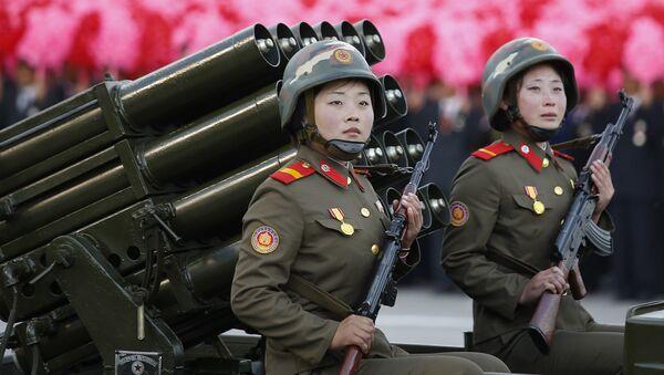 Mujeres soldados de Corea del Norte con los fusiles Kalashnikov - Sputnik Mundo