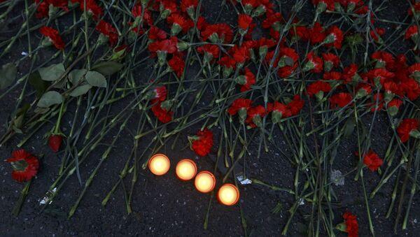 Flores en homenaje a las víctimas de atentado en Estambul - Sputnik Mundo