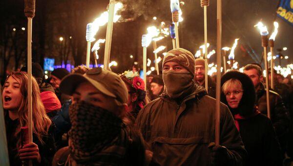 Los nacionalistas ucranianos marchan con antorchas por las calles de Kiev en honor al 108º aniversario del nacimiento de Stepán Bandera - Sputnik Mundo