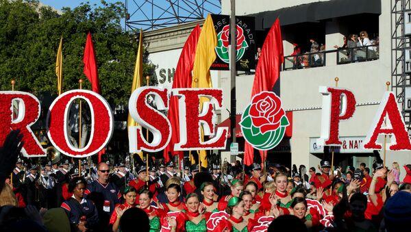 El Desfile del Torneo de las Rosas celebra la llegada del año nuevo con flores, música y deporte en California, EEUU - Sputnik Mundo
