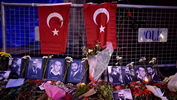 Flores y fotos de las víctimas del atentado en un club nocturno en Estambul - Sputnik Mundo