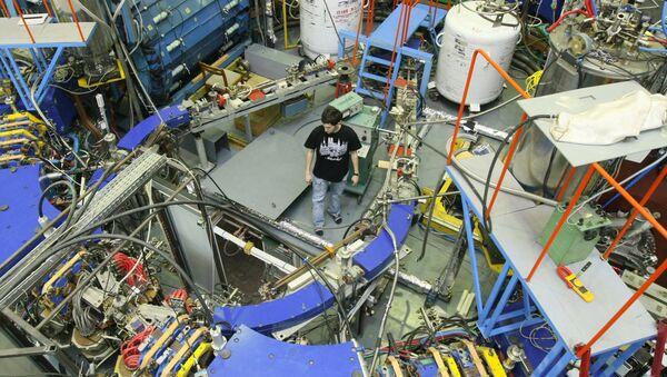 Un empleado en la sala del Instituto de Física Nuclear (IFN) de Novosibirsk, donde está instalado el colisionador electrón-positrón - Sputnik Mundo