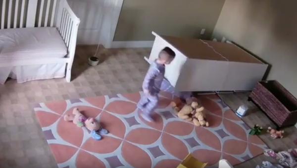 Un niño de 2 años le salva la vida a su hermano gemelo - Sputnik Mundo