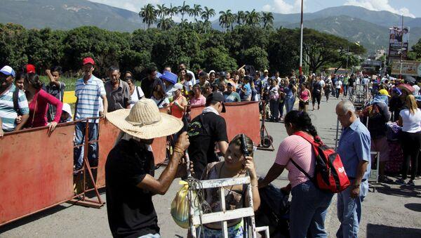 La gente hace fila para cruzar el puente internacional Simón Bolívar hacia Colombia, en San Antonio del Táchira, Venezuela - Sputnik Mundo