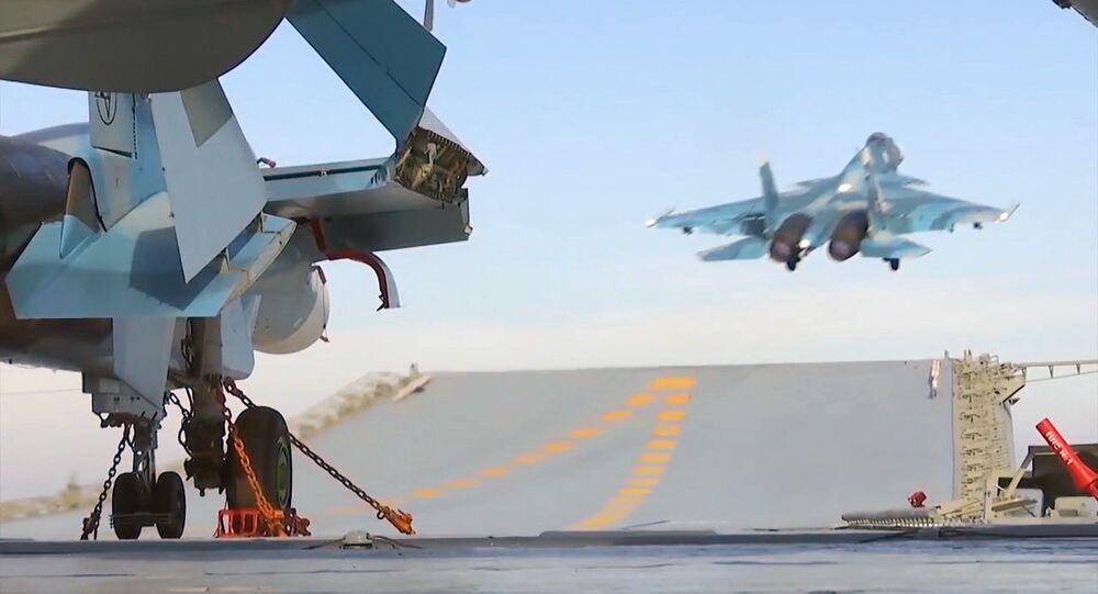 El despegue del Su-33 del portaviones Almirante Kuznetsov