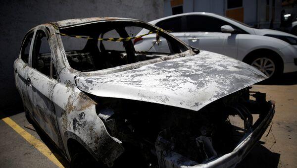 Un vehículo incendiado en el que se encontró el cuerpo - Sputnik Mundo
