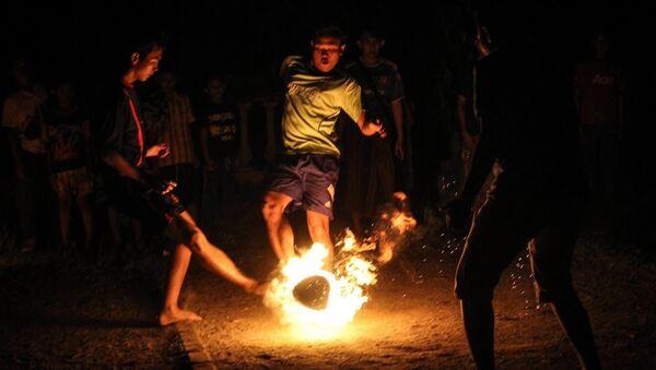 Fútbol fuego en Indonesia - Sputnik Mundo