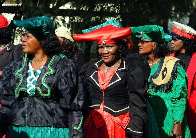 Mujeres Herero durante una celebración de la rebelión histórica contra el dominio colonial alemán (archivo)