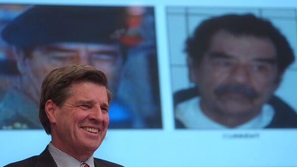 L. Paul Bremer, director de la Reconstrucción y Asistencia Humanitaria en Irak, sonríe durante la conferencia de prensa que anunció la captura de Sadam Husein, 14 de diciembre de 2003 - Sputnik Mundo
