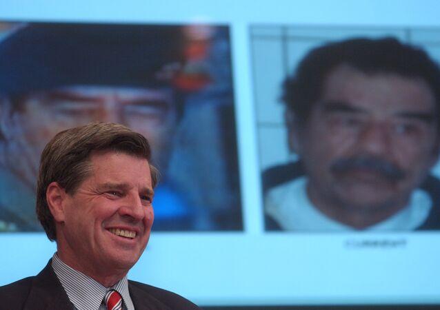 L. Paul Bremer, director de la Reconstrucción y Asistencia Humanitaria en Irak, sonríe durante la conferencia de prensa que anunció la captura de Sadam Husein, 14 de diciembre de 2003